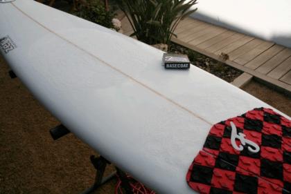 aplicar la parafina en una tabla de surf