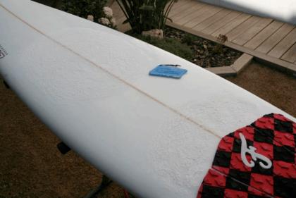 aplicar wax en tabla de surf